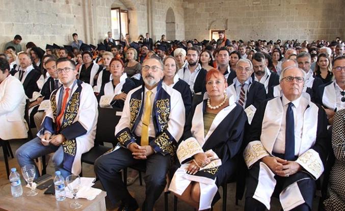 Kıbrıs İlim Üniversitesi 2018-2019 yılı mezunları diplomalarını aldı, Bellapais Manastırı'ndaki törende büyük coşku yaşandı