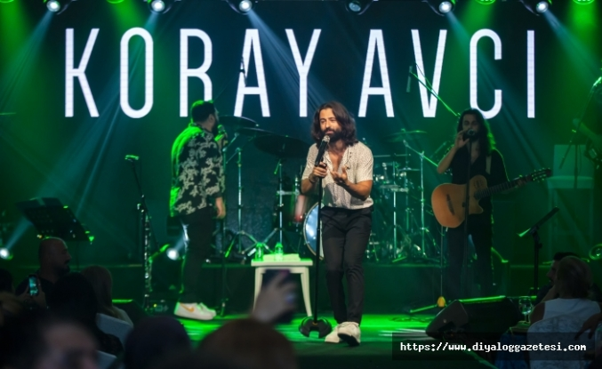 Koray Avcı, usta ismin sevilen şarkılarını, Merit Crystal Cove Hotel konukları için seslendirdi