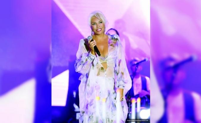 Süperstar Ajda Pekkan, süper kıyafetiyle Merit Royal'de sahne aldı