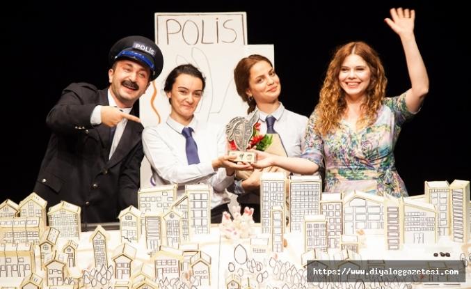 """Tiyatro Festivali kapsamında """"Tavşan Aranıyor"""" isimli oyun sahnelendi"""