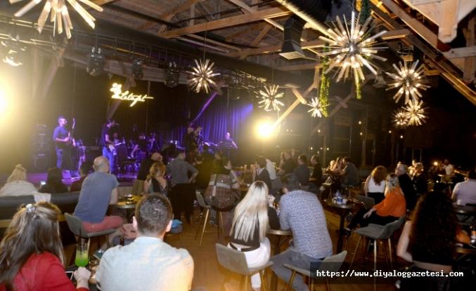 Ahmet Evan, Merit Park misafirlerine yine müzik dolu bir Çarşamba gecesi yaşattı