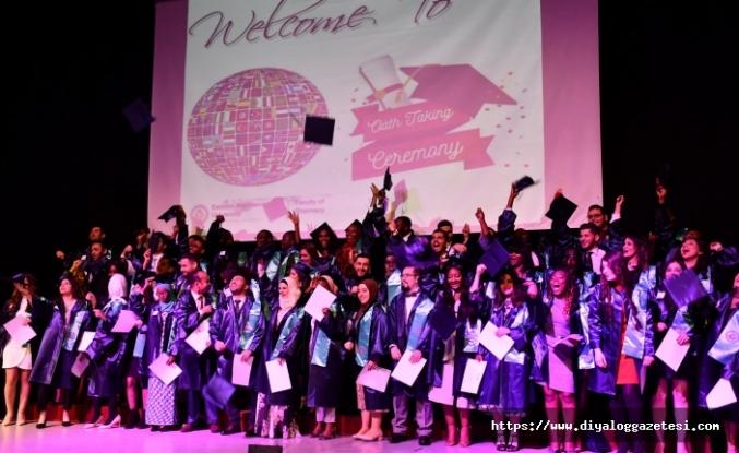DAÜ Eczacılık Fakültesi, mezunları için yemin töreni düzenledi