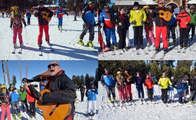 Cıbıltepe Kayak Merkezi'nde güzel havada şarkılara eşlik edip keyifli anlar yaşıyor